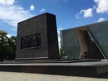 Monumento Agli Eroi del ghetto e l'entrata al Museo Polin